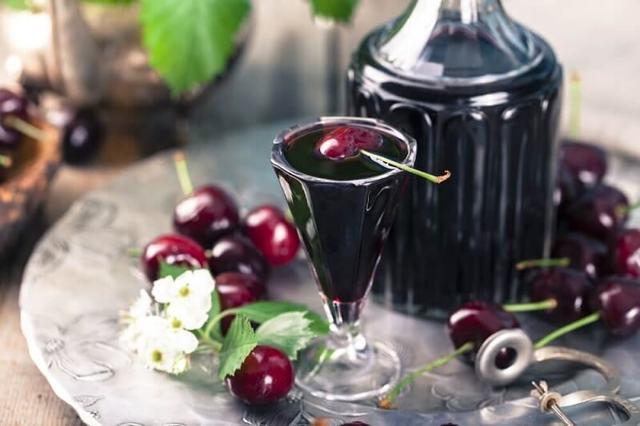 Вишня на самогоне: классический рецепт приготовления