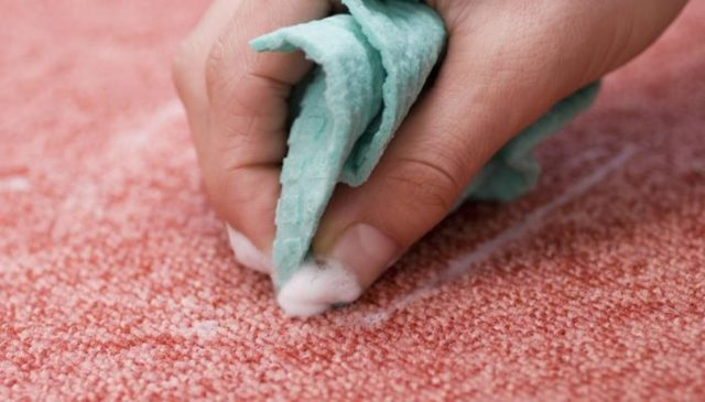 Как отстирать вино с одежды, мебели, ковров: эффективные методы
