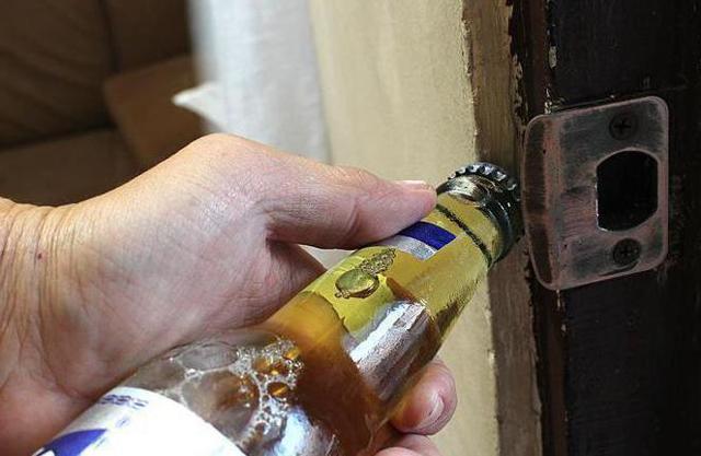Как открыть бутылку без открывашки: простые способы