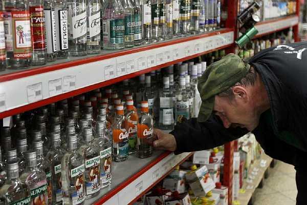 Со скольки лет можно покупать алкоголь и принимать его