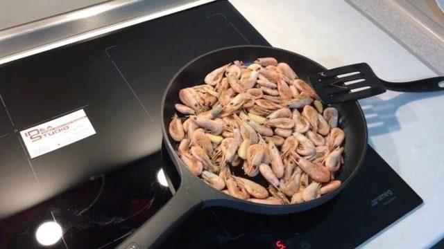 Как правильно варить креветки замороженные и свежие
