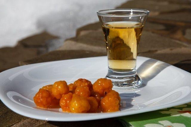 Настойка из морошки на водке: 2 рецепта вкусного лекарства