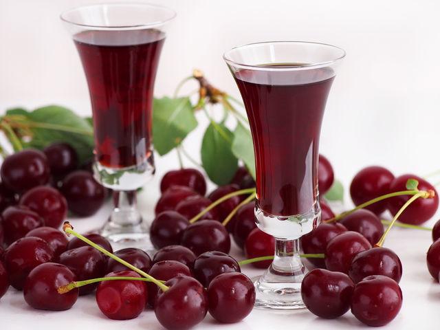 Настойка из ягод на водке и спирте: готовим в домашних условиях