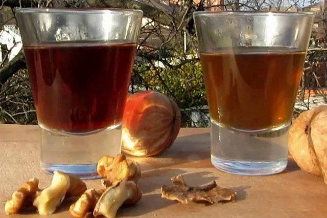 Самогон на грецких орехах: польза для здоровья и рецептура напитка.