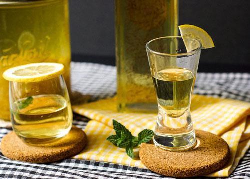 Настойка на лимоне: рецепты на спирту, водке и самогоне