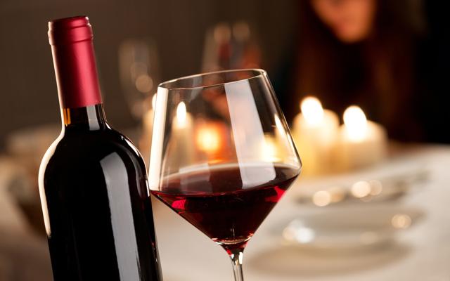Как правильно держать бокал с вином, как подавать вино правильно