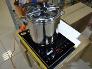 Самогонный аппарат удобно нагревать на индукционной плите